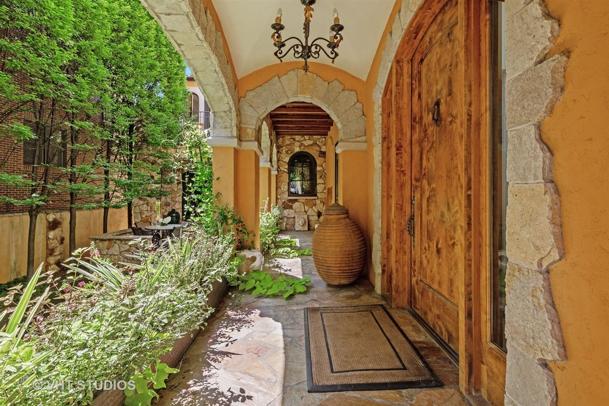 Luxury homes in Tuscany in Lincoln Park
