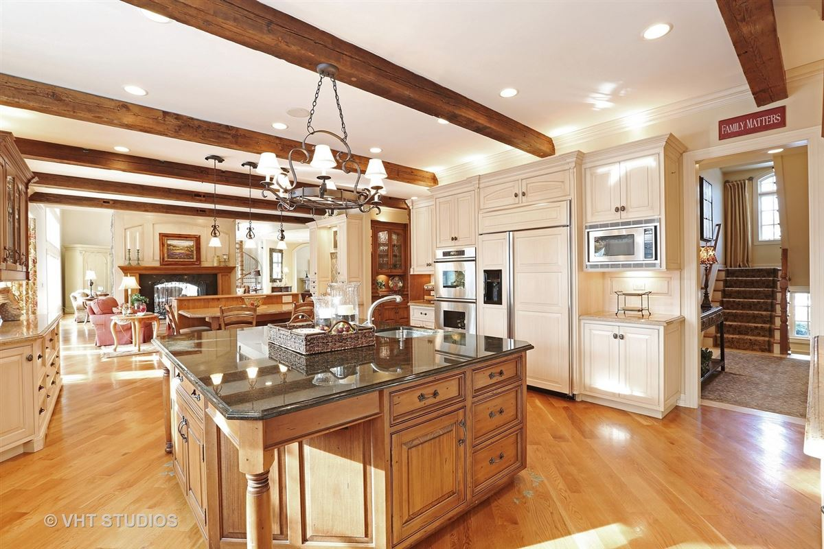 Gorgeous estate property with an exquisite blend of design luxury properties