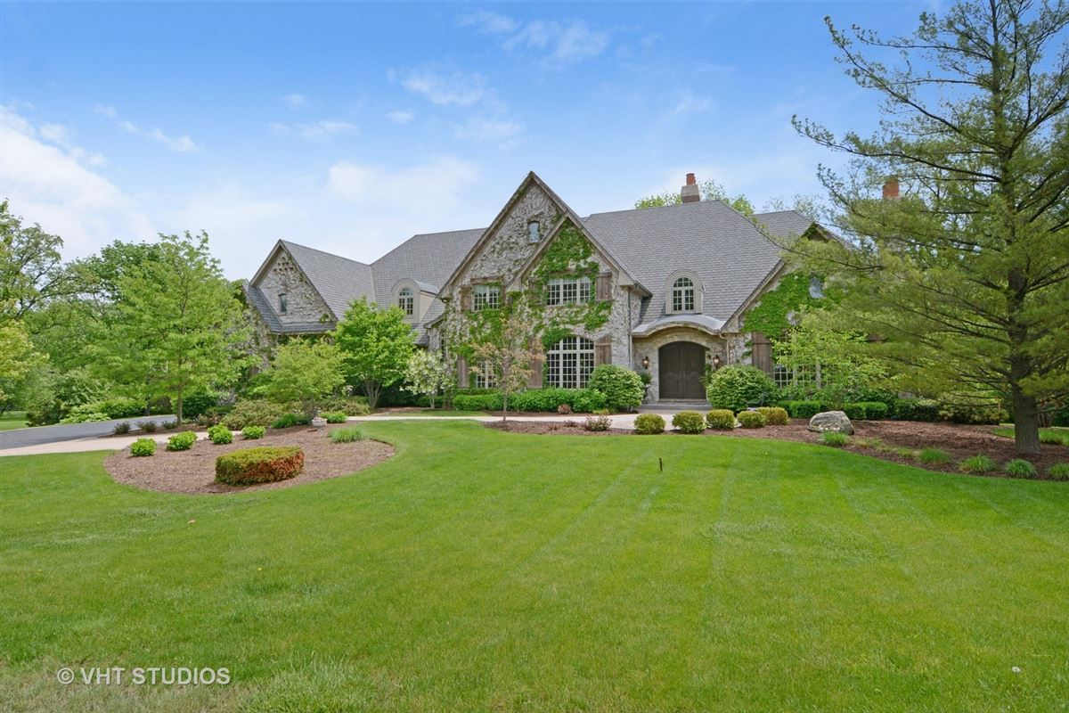 Luxury homes Gorgeous estate property with an exquisite blend of design