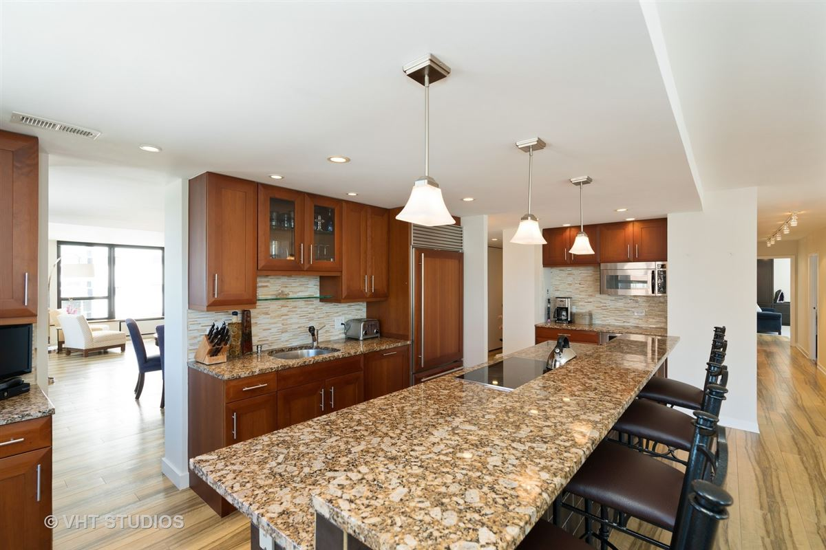 Mansions in sunny renovated Gold Coast condo