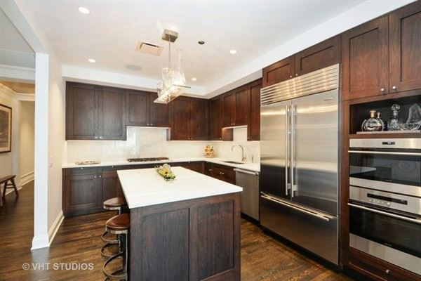 stunning residence in one of chicagos premier full-service buildings luxury homes