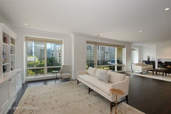 stunning residence in one of chicagos premier full-service buildings luxury real estate