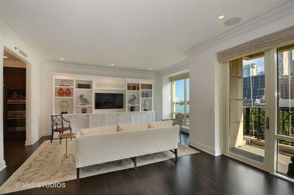 Luxury properties stunning residence in one of chicagos premier full-service buildings