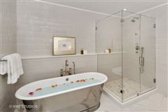 Luxury homes stunning residence in one of chicagos premier full-service buildings