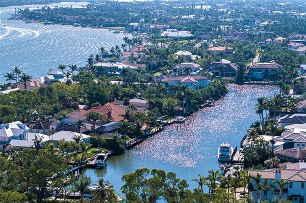 Mansions rare property in Aqualane Shores