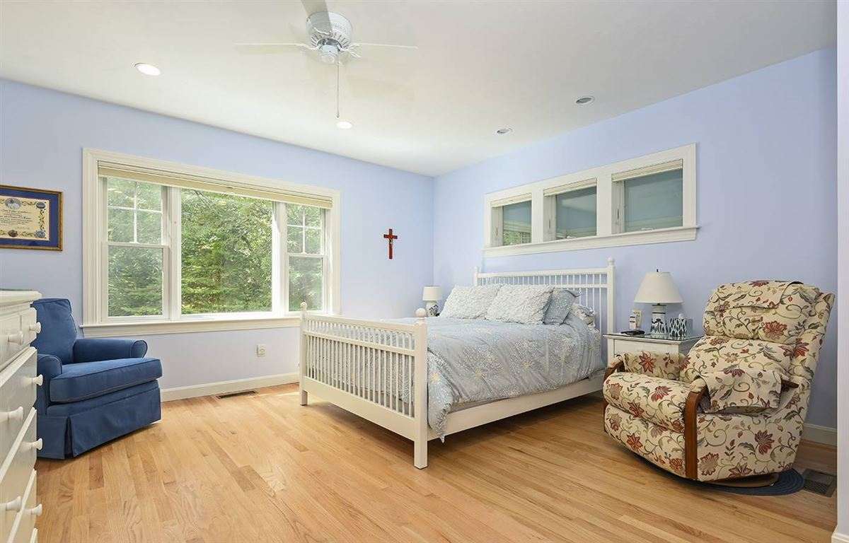 Mansions pristine and spacious colonial home
