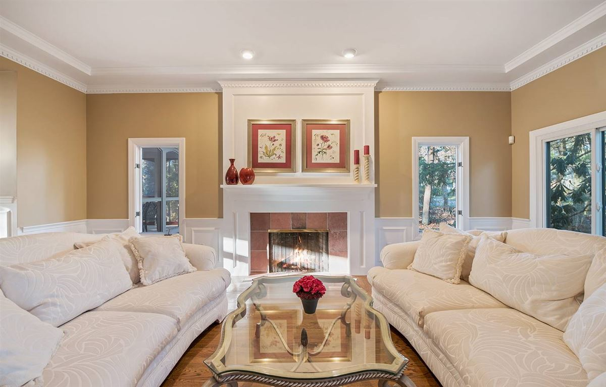 Luxury homes Stunning five bedroom in Tall Pines