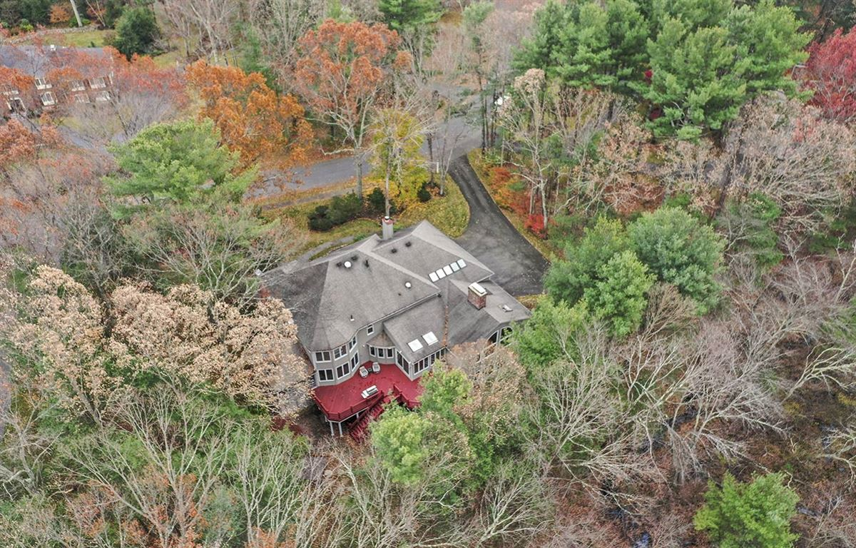 Mansions Stunning five bedroom in Tall Pines