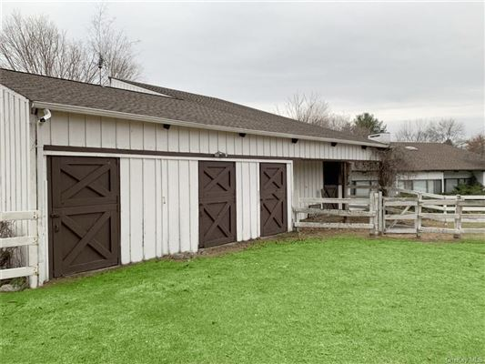 Luxury homes in Maplemint Farm - exceptional 8-acre equestrian estate