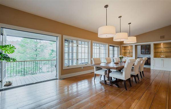 Luxury homes in Graymoor Manor on Indian Lake