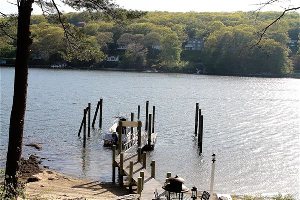 Luxury homes in beautiful Niantic River waterfront home
