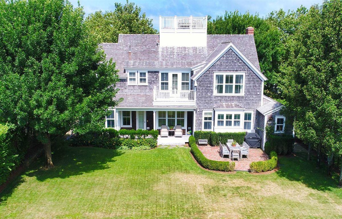 grand living on Woodbury Lane mansions