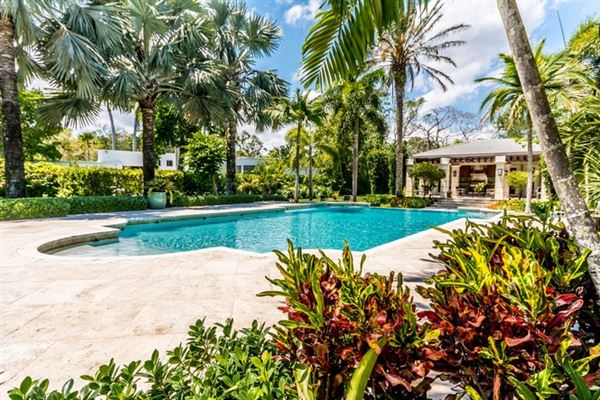 Luxury homes in spacious and elegant home in northeast Pinecrest