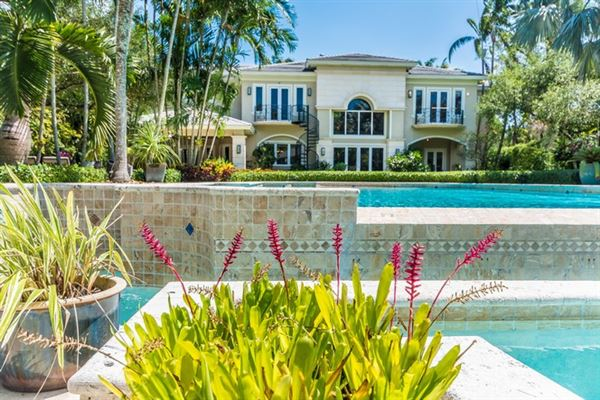 Mansions in spacious and elegant home in northeast Pinecrest