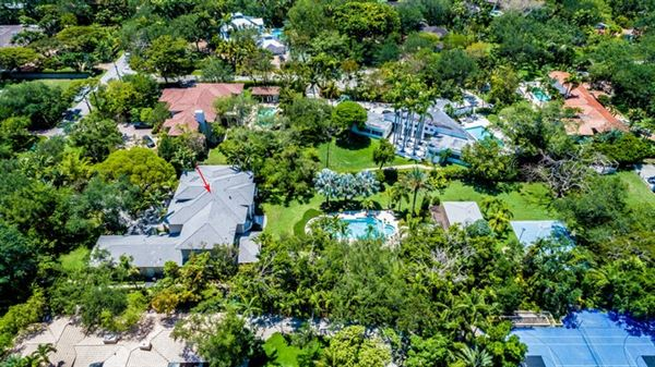 Mansions spacious and elegant home in northeast Pinecrest