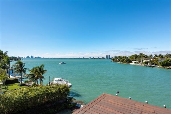 Luxury homes New contemporary Bayfront mansion