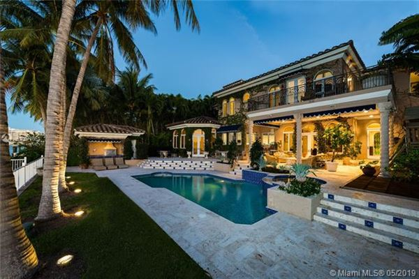 Mansions in an enchanting waterfront home in Florida