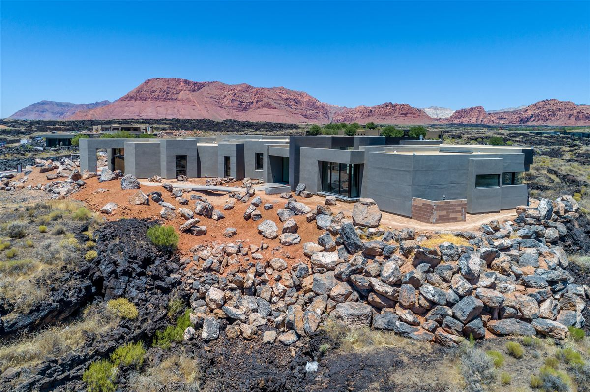 luxury one-level residence in Entradaat Snow Canyon luxury properties