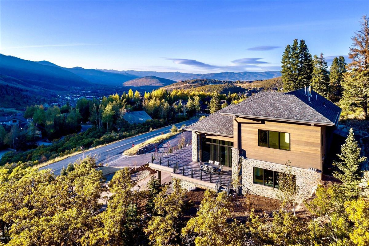 Mansions  stunning new home close to town and skiing