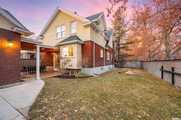 Mansions home Ideally situated near Laird Park