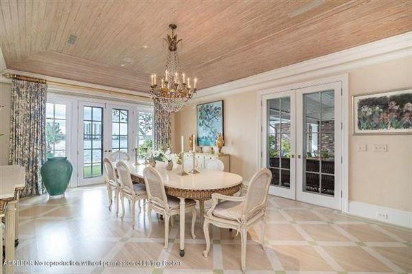Luxury homes in Bermuda style home on Everglades Island