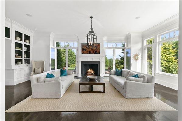 Luxury properties Grand custom traditional in Sagaponack