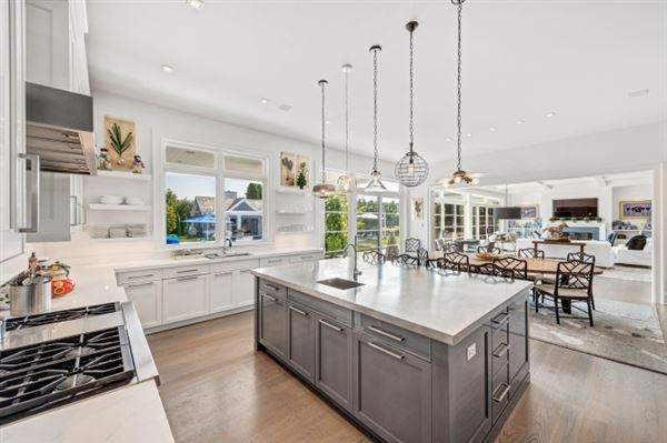 ESTATE ON PRESTIGIOUS MEADOWLARK LANE luxury homes