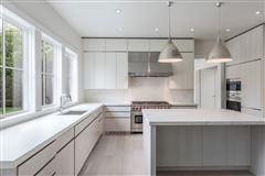 Luxury homes in traditional open-plan beauty