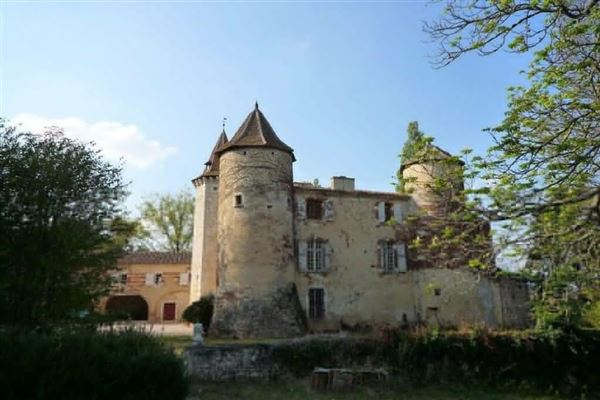 Mansions in Restored castle from the 13th to the 18th century