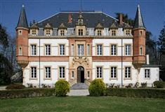 Mansions in this lovely  Chateau includes a swimming pool