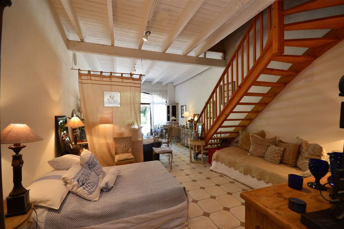 Mansions this property is Located in the heart of a magnificent parc with Mediterranean flora