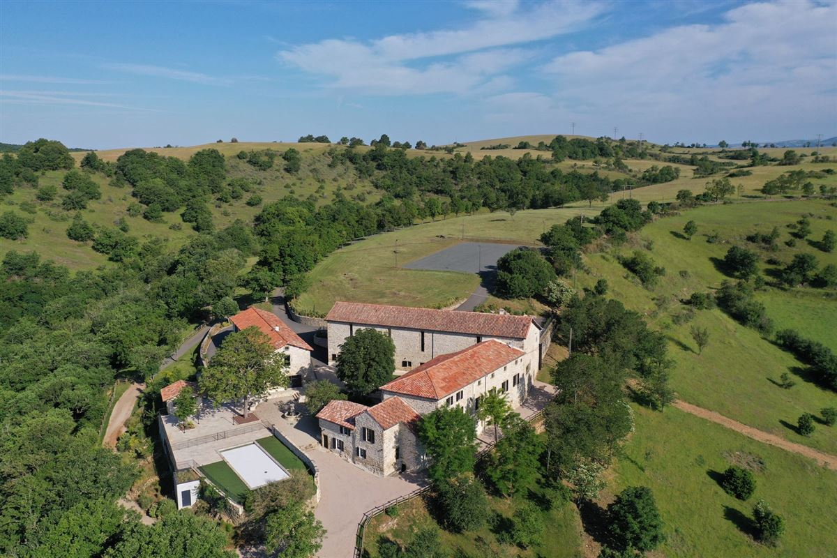 Mansions in restored Old hamlet with five buildings on 160 hectares