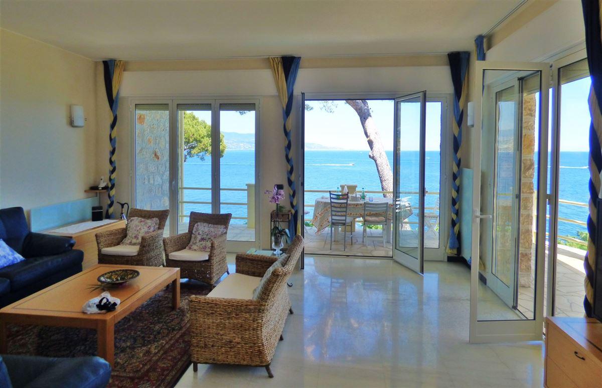 Luxury homes IMPRESSIVE VILLA FACING THE SEA