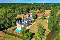 Mansions elegant castle on the edge of the Sologne