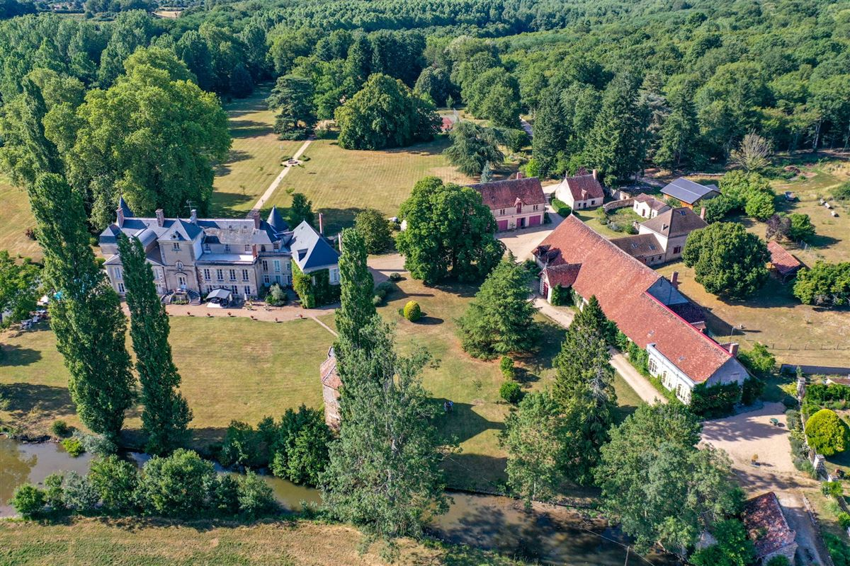 elegant castle on the edge of the Sologne mansions