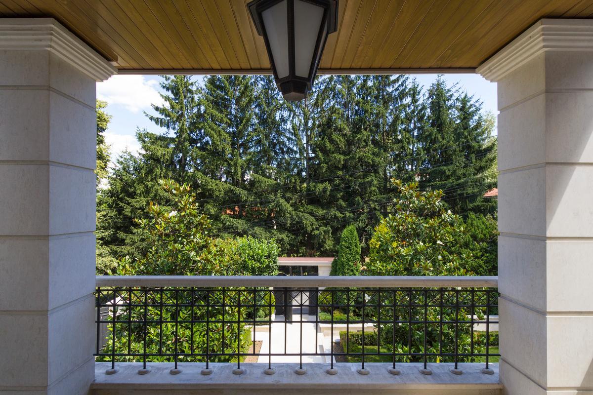 Beautiful house with amazing garden luxury homes