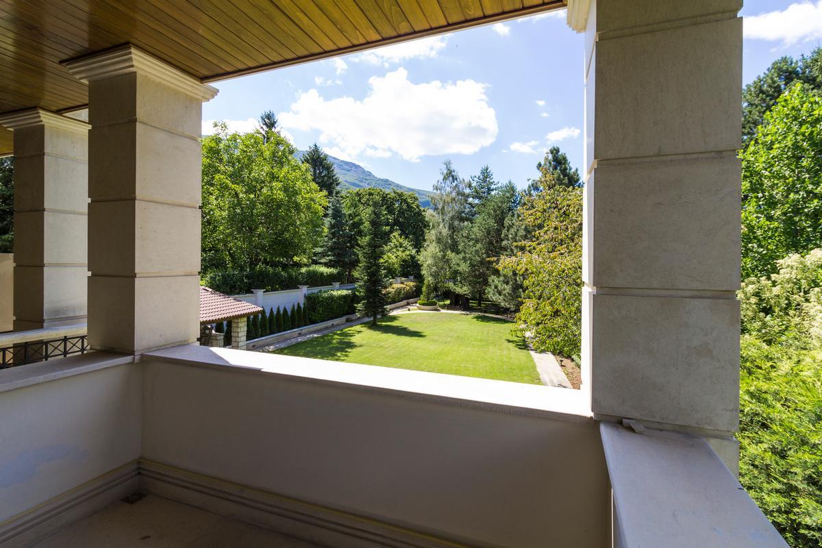Luxury properties Beautiful house with amazing garden
