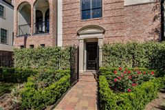 Mansions elegant newer home in great location