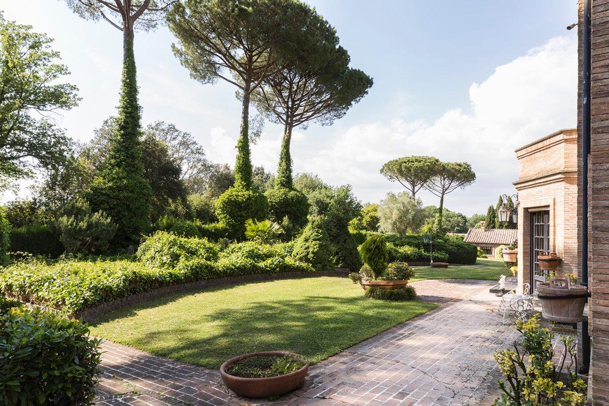 Mansions in Prestigious villa in Olgiata area in Rome