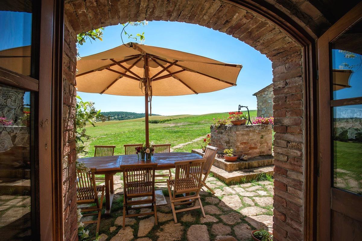 PRESTIGIOUS RENOVATED FARMHOUSE IN PIENZA luxury real estate