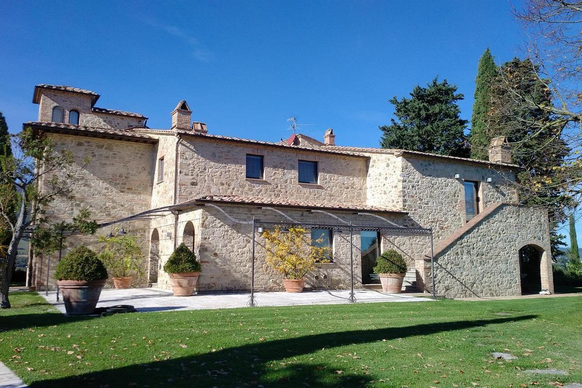PRESTIGIOUS FARMHOUSE IN CETONA - TUSCANY luxury homes