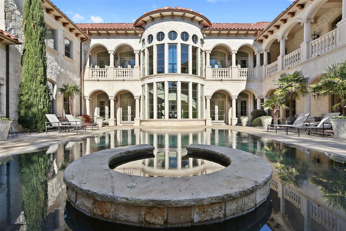 Luxury real estate exquisite estate in coveted Lake Forest