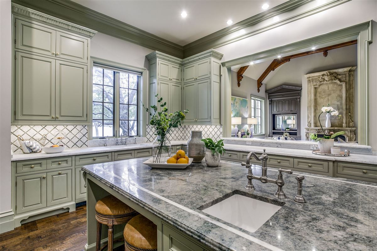 Mansions in everyday luxury and refinement in highland park