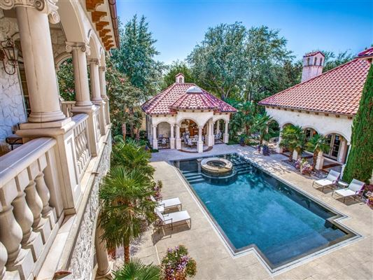 private resort in coveted Lake Forest luxury homes