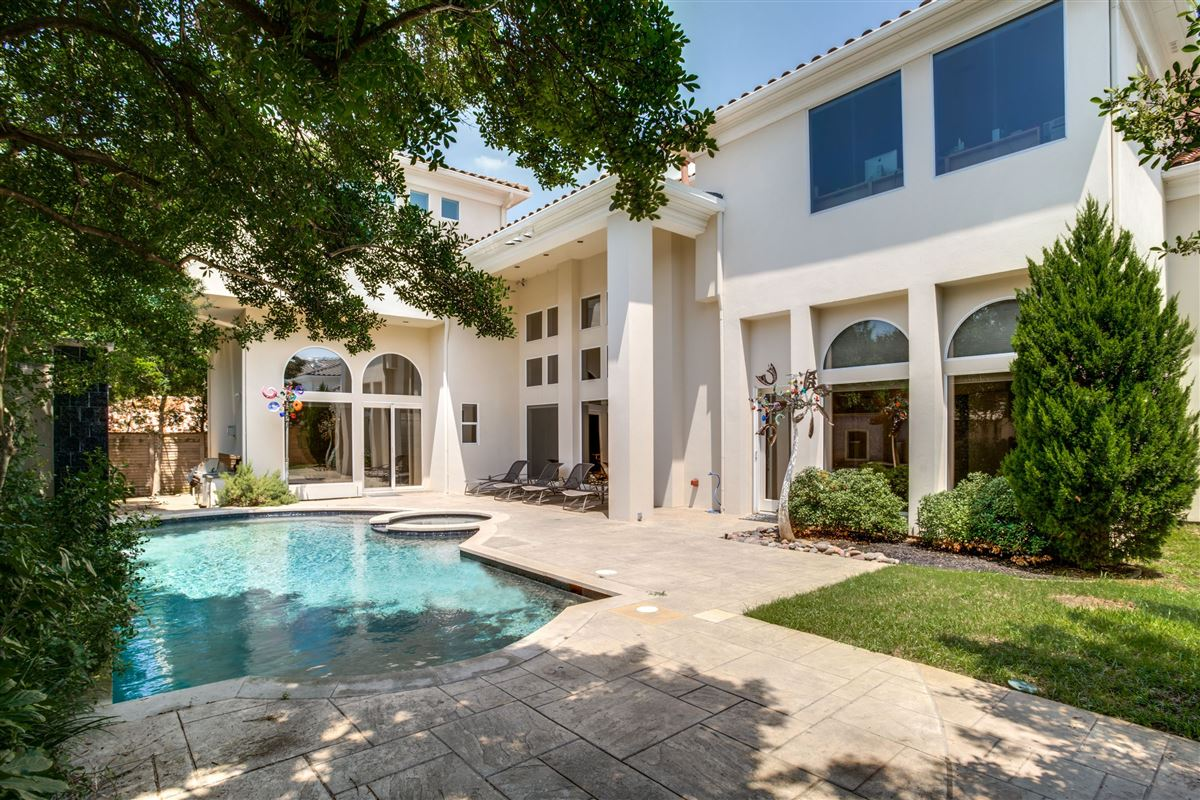 Luxury homes Contemporary Modern in beautiful gated Oakdale