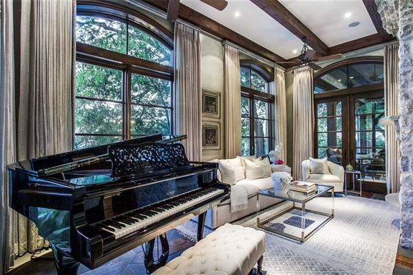 Mansions elegance and comfort in coveted Los Arboles