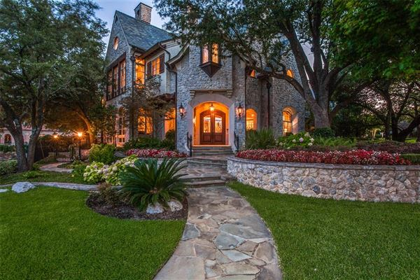 Luxury homes elegance and comfort in coveted Los Arboles