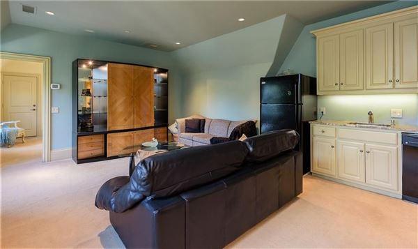 Luxury homes in impressive residence in quiet Lobello Estates