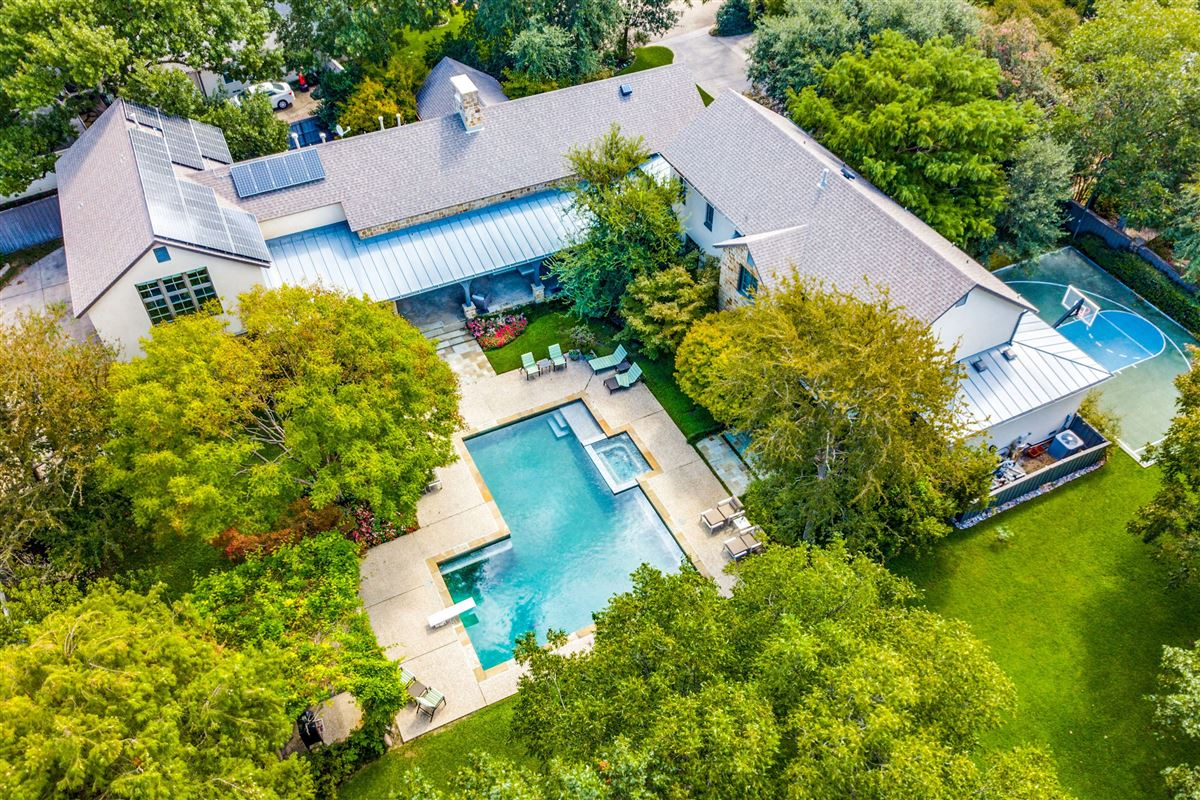 Beautiful home with a spectacular pool and back yard luxury homes