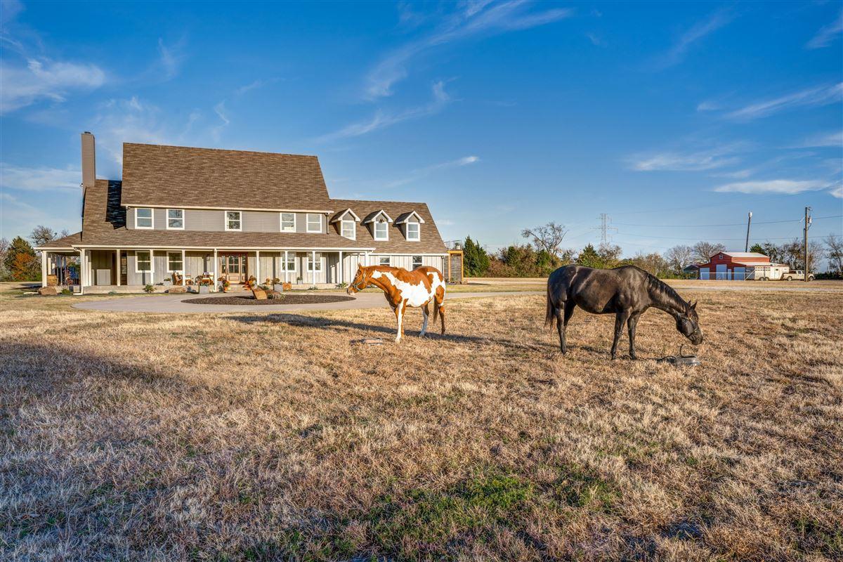 Contemporary farmhouse in Sunnyvale awaits you luxury homes